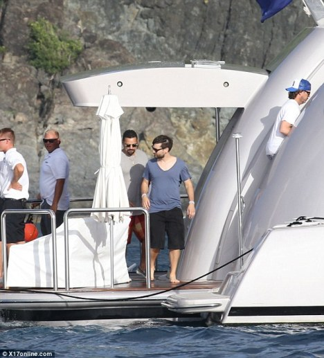 Tobey Maguire joining his friend aboard 65m SEANNA by Benetti - Photo by X17online.com